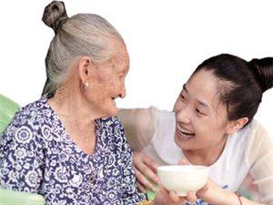 90后美女带88岁外婆上班:外婆很可爱,孝敬她很开心